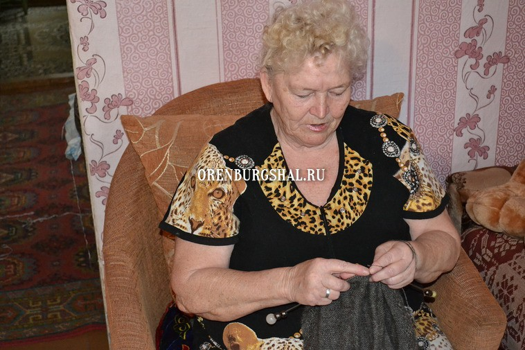 процесс вязания пухового платка