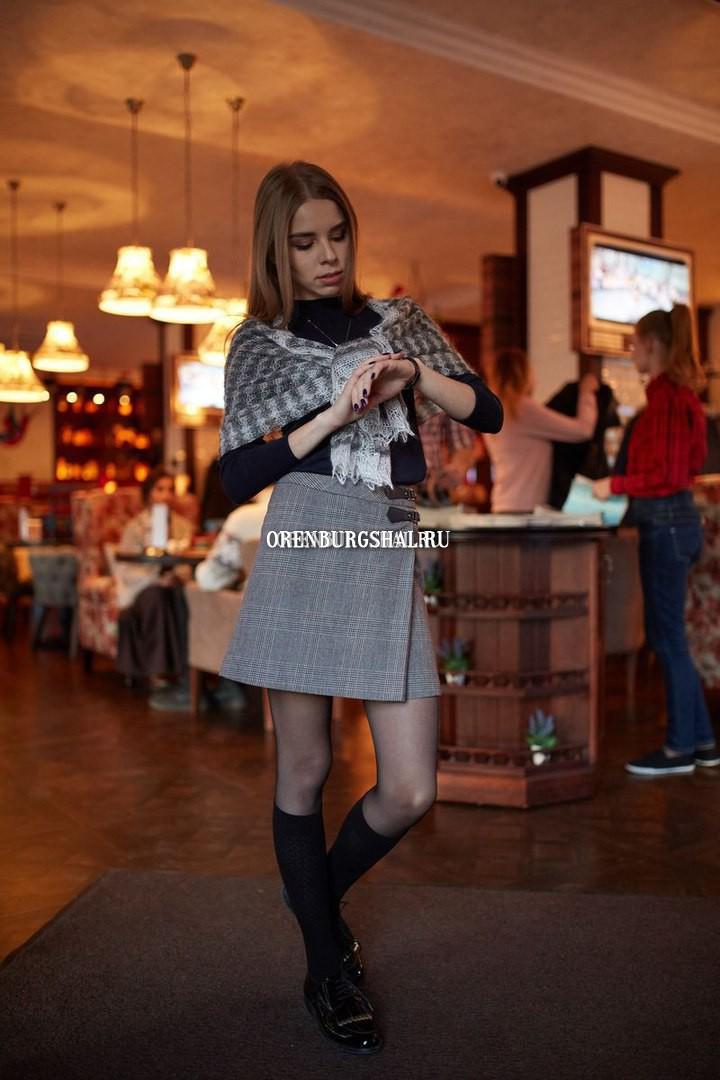 девушка в оренбургском пуховом платке