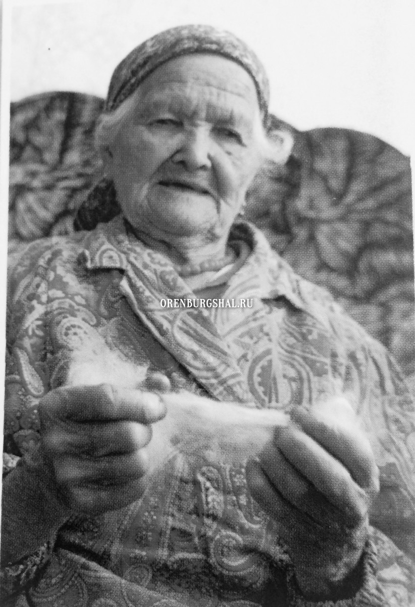 мастерица оренбургского пухового платка