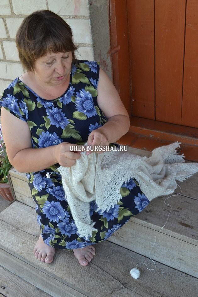 вязальщица с оренбургским платком