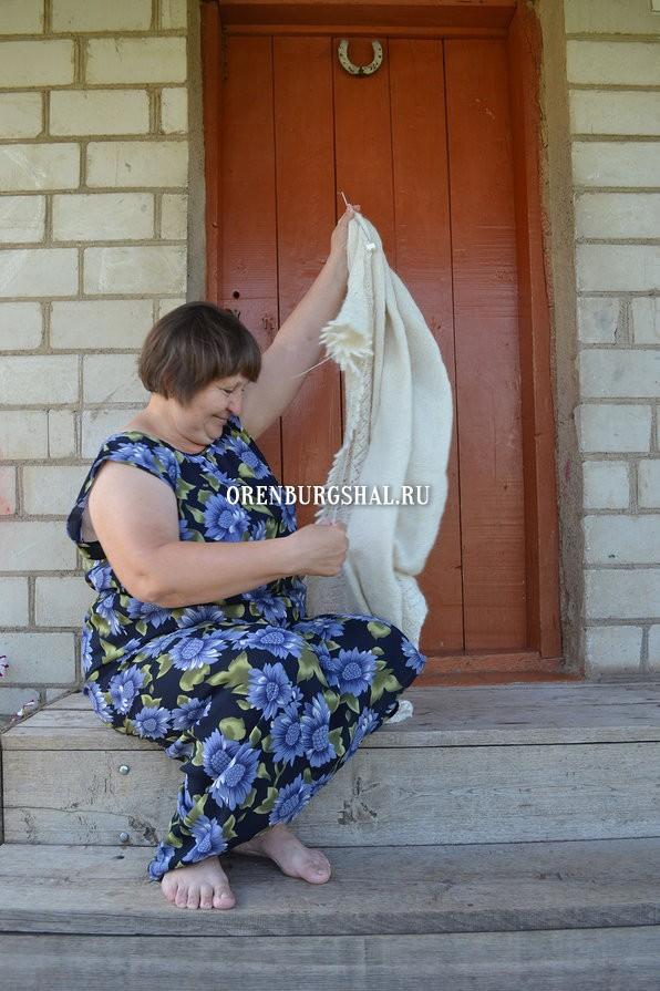 вязальщица с оренбургским пуховым платком