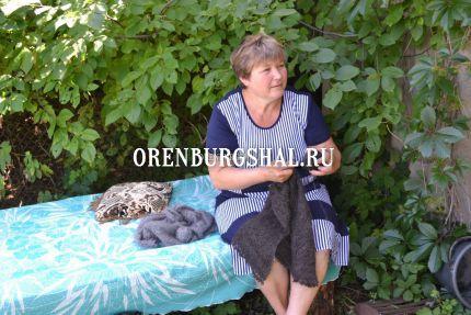 вязальщица оренбургских пуховых платок