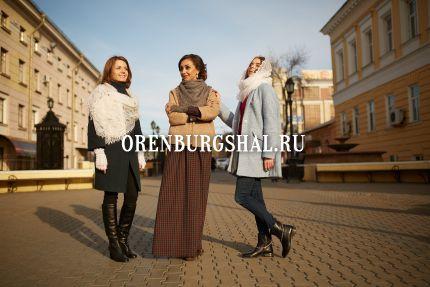 девушки с оренбургским платком