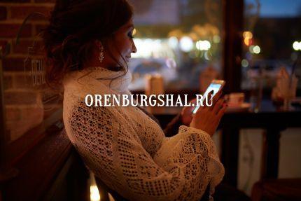 девушка с оренбургской паутинкой