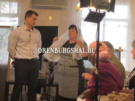 женщина в оренбургском пуховом платке